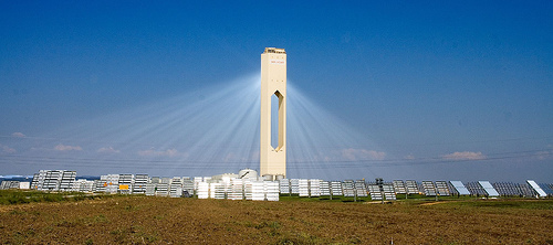 A 'power tower' solar thermal station. Image by Flickr user afloresm, reproduced under Creative Commons licence.
