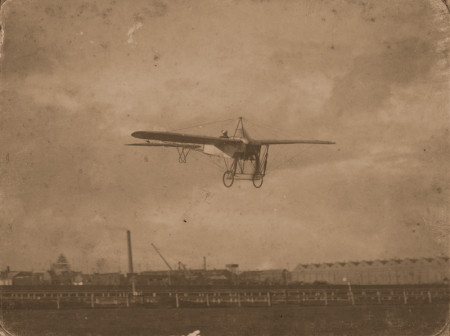 Photograph of Maurice Guillaux flying his Blériot monoplane over Victoria Racecourse